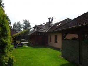 Umyjemto díky své technice vyčistí i těžko přístupné strany střechy.