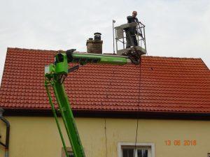 Střecha k nepoznání od nové - bez nánosů, znečištění, mechu. I takto budete vypadat vaše střecha poté, co na ni dokončí svou práci tým Umyjemto.