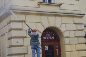 Proces čištění historické budovy Ostravského muzea.