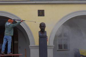Čištění historického podloubí a busty T. G. Masaryka před budovou Ostravského muzea.