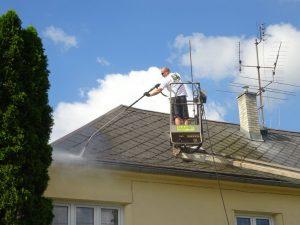 Umyjemto při mytí střech v akci.