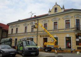 Mytí fasády staršího činžovního domu.