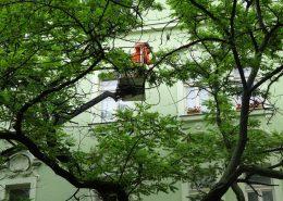 Mytí fasády staršího činžovního domu v těžko přístupných místech.