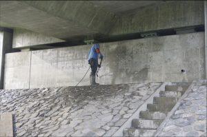 Úplné odstranění graffiti malby pod dálničním mostem.