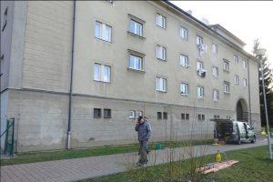 Takto vypadá bytový dům po odborném odstranění graffiti společností Umyjemto.