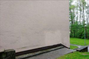 Roh stejného domu po odstranění graffiti.