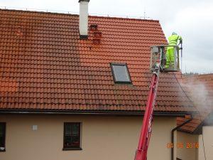 Mytí střechy a čištění okapů.