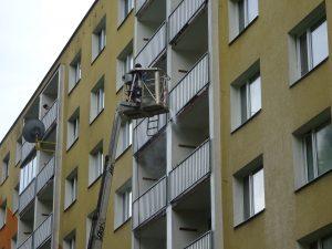 Čistění balkónů z plošiny