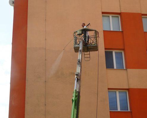 Umytí fasády z plošiny