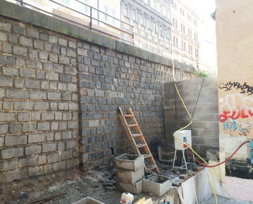 Očištěná kamenná stěna