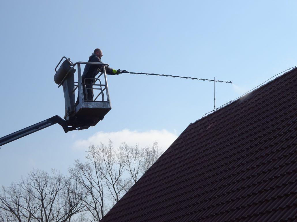 Umývání střechy z plošiny