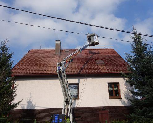 Mytí střechy z plošiny