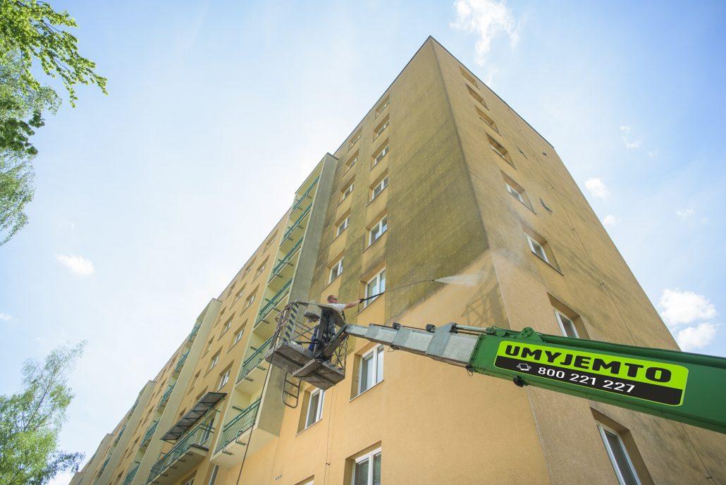 Čištění fasády z plošiny rozdíl